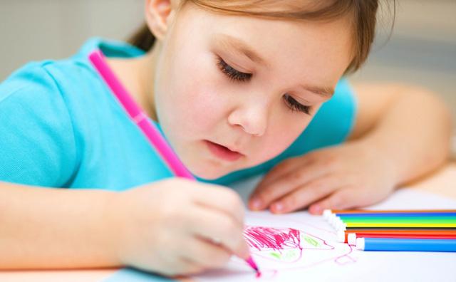 niña-coloreando.2